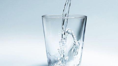 Mi történik valójában, ha nem iszunk meg napi 8 pohár vizet?