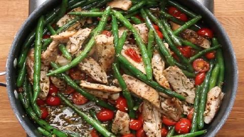 Ilyen a tökéletes hétköznapi ebéd: pestós csirke zöldségekkel