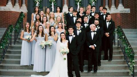 Kis híján elgázolták az esküvői fotóst munka közben – így reagált a násznép!