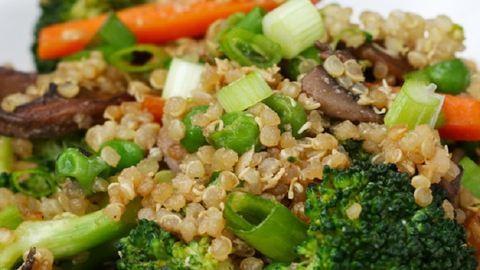 Íme, a pirított rizs szuperegészséges változata: zöldséges quinoa