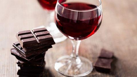 Vigyázat, migrént okozhat a bor és a csoki!