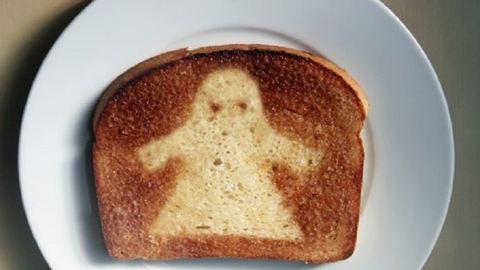 Halloween reggelére készíts kísértetmintás pirítóst!