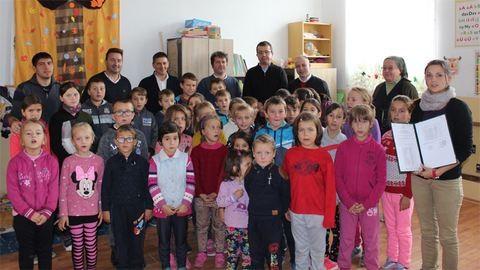 Számítógépeket kaptak a csángóföldi magyar gyerekek