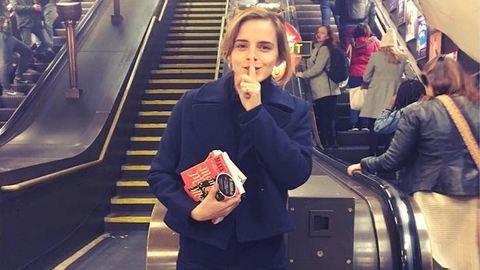 Emma Watson szanaszét hagyja a könyveit a londoni metróban