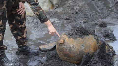 Bombát találtak a Dunában, nem járnak a vonatok