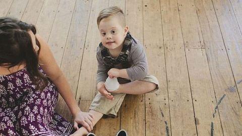 Puszit dobott fodrászának első hajvágása után a downos kisfiú