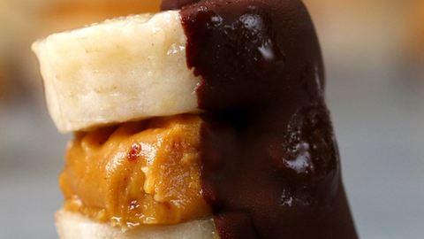 Ha nincs mit nassolnod, készíts isteni banános-mogyoróvajas falatokat, étcsokiba mártva!