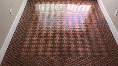 Apró pénzérmékből készült ez az elképesztő padló