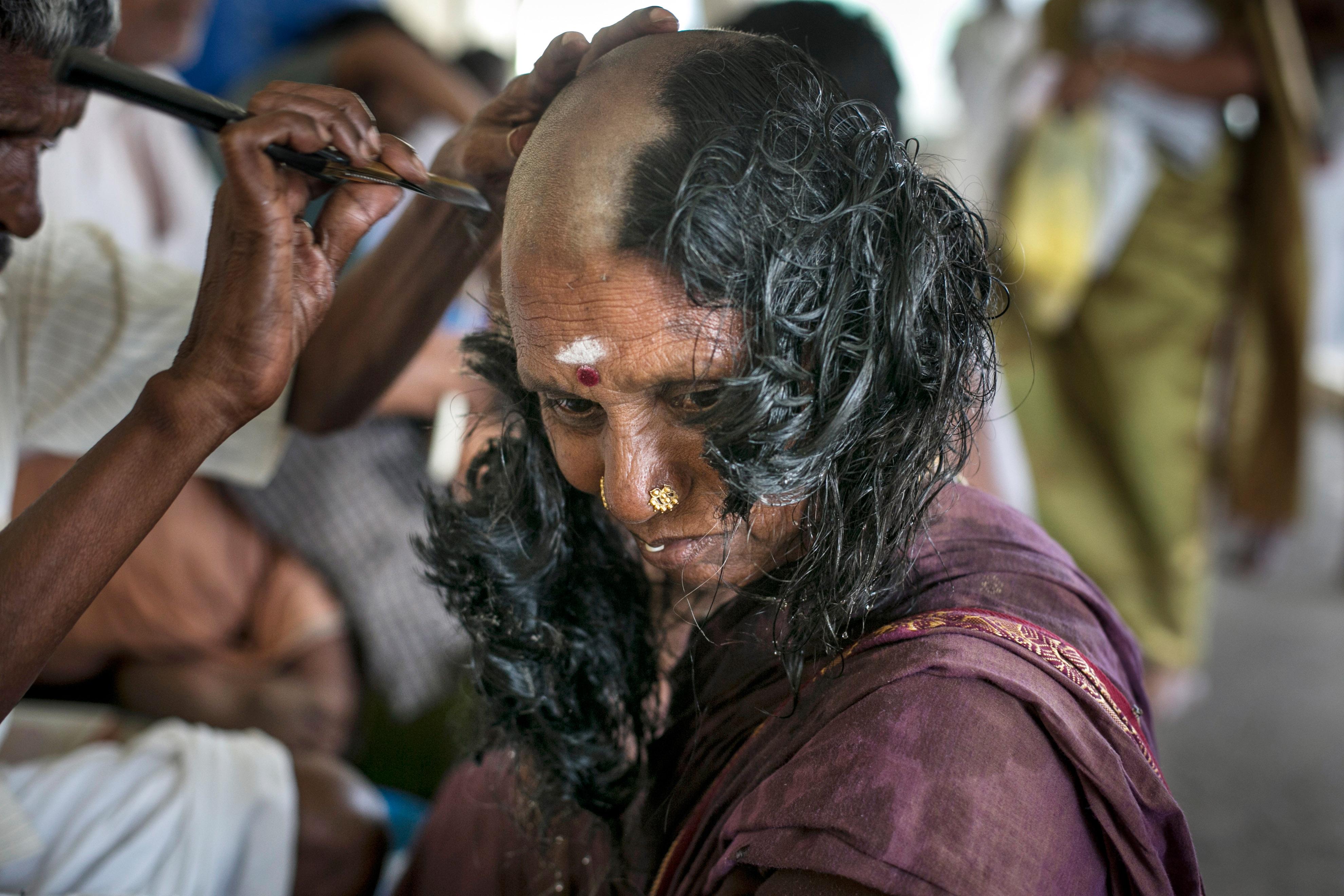 Ezért borotválják saját és kislányaik fejét a nők