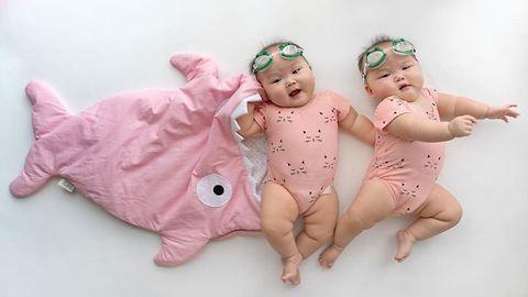Cukiság: passzoló cuccokba bújtatják a tüneményes ikreket