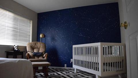 Az egész galaxist a babaszoba falára varázsolta a kreatív apuka