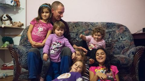 Beleszokik az ember – A gyesen lévő édesapa, aki hat lányt nevel egyedül
