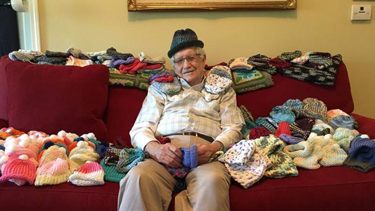 Megtanult kötni a 86 éves nagypapa, hogy koraszülött babáknak segíthessen