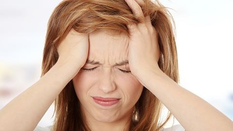5 rossz szokás, ami fejfájást okozhat – és mit tegyél ellene