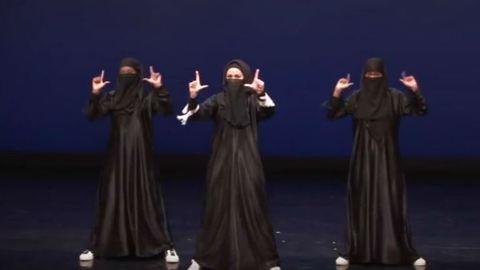 Muszlimok vagyunk, csak semmi pánik! – tánccal küzd az előítéletek ellen három nő