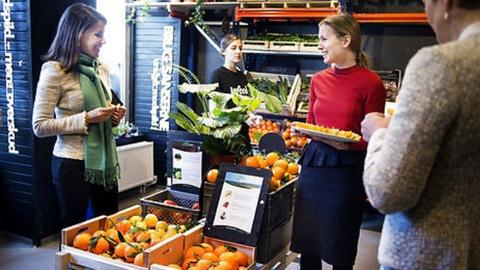 Kígyózó sorok állnak a lejárt szavatosságú ételért Dániában