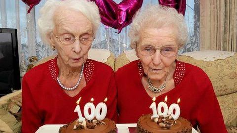 Közös bulival ünnepelték szülinapjukat a 100 éves ikrek