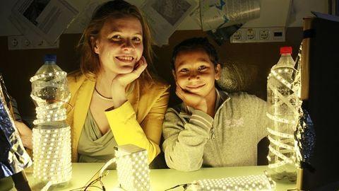 Zseniálisan egyszerű találmány: így visznek fényt a magyar falvakba