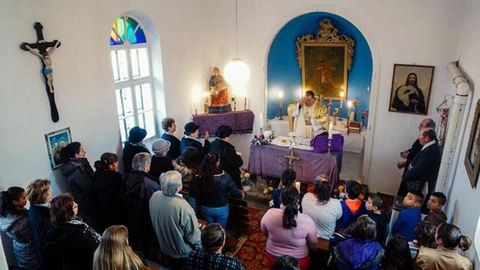 Összefogtak a romák Barát-hegyen, felújították a kápolnát