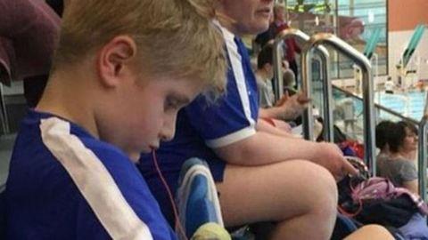 Túl gyorsan úszott az autista kisfiú, kizárták a versenyből