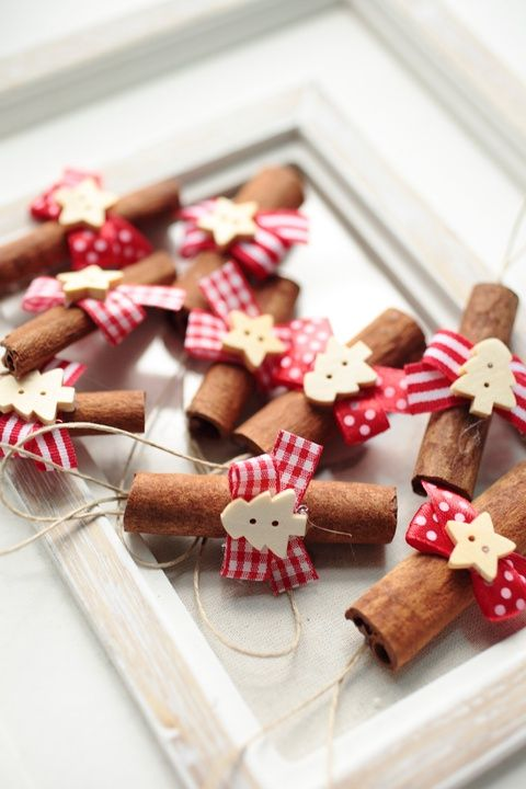 Mini díszeket a lakás különböző pontjaiba is felakaszthatunk. vegyünk egy vázát, tegyünk bele ágakat és készítsünk egy vidám ünnepi fát karácsonyi díszekkel.