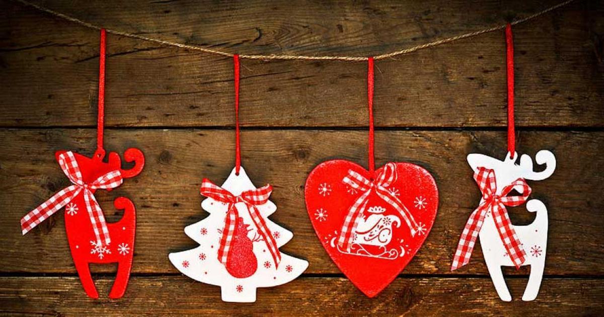 Nem kell óriási díszekkel felszerelkezni. Ha csak itt-ott szeretnénk a lakásba dekorálni, akkor válasszunk apró, de hangulatos karácsonyi dekort.
