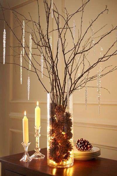 Pár toboz, egy égősor, faágak és egy váza. Roppant hangulatos, ami a karácsony elmúltával is szuper téli dekor!