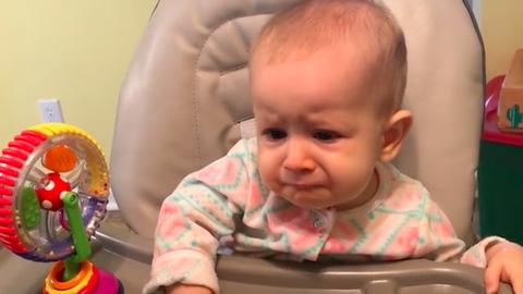 Először kóstol joghurtot a kisbaba – a reakcióján nevetni fogsz!