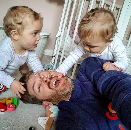 Imádja az internet az apukát, aki megmutatta milyen a szülők igazi élete