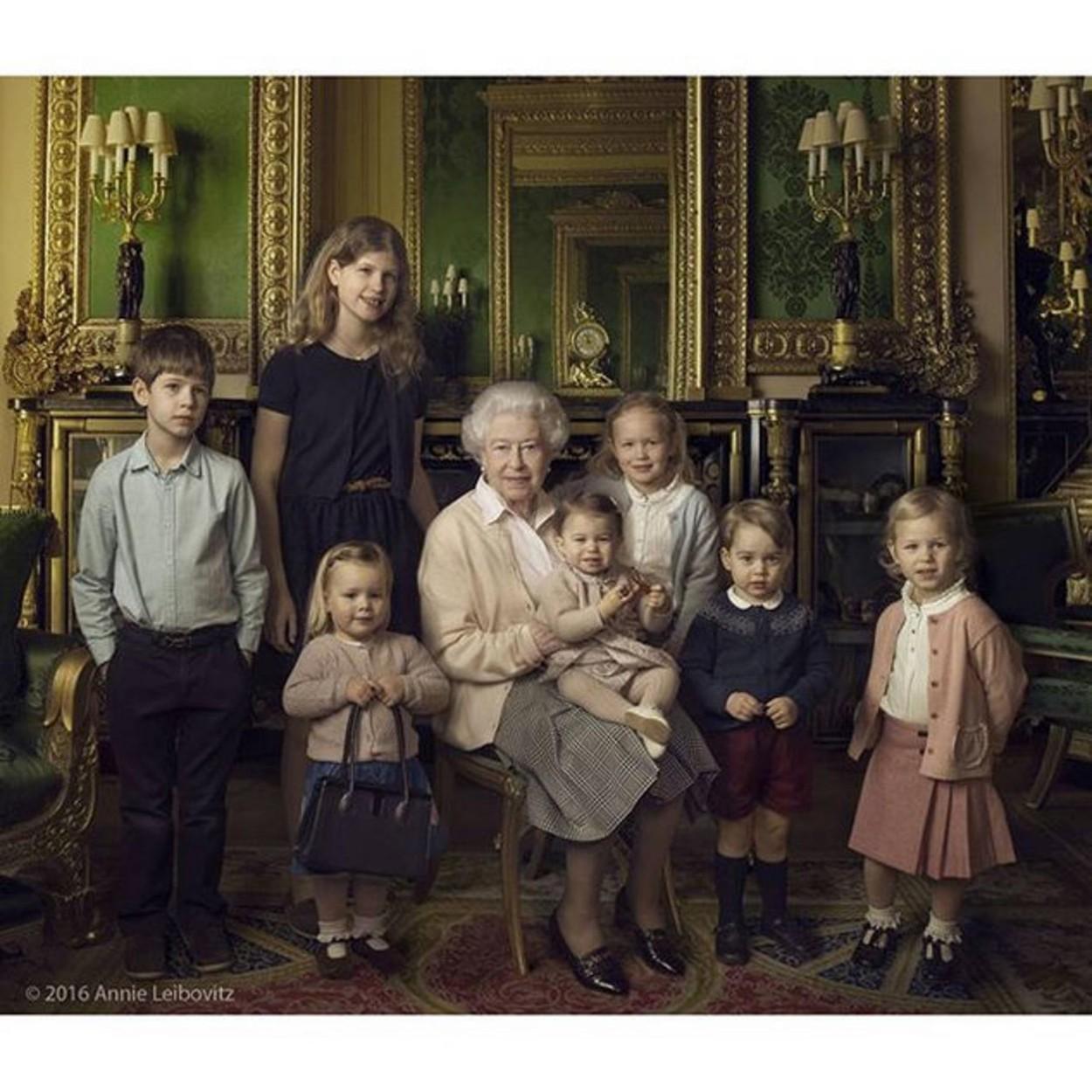 Középen: II. Erzsébet. Balról jobbra: ( a királynő legfiatalabb unokái) James, Viscount grófja, Lady Lujza Alíz Erzsébet Mary Mountbatten-Windsor, (a királynő dédunokái) Mia Tindall, Charlotte hercegn