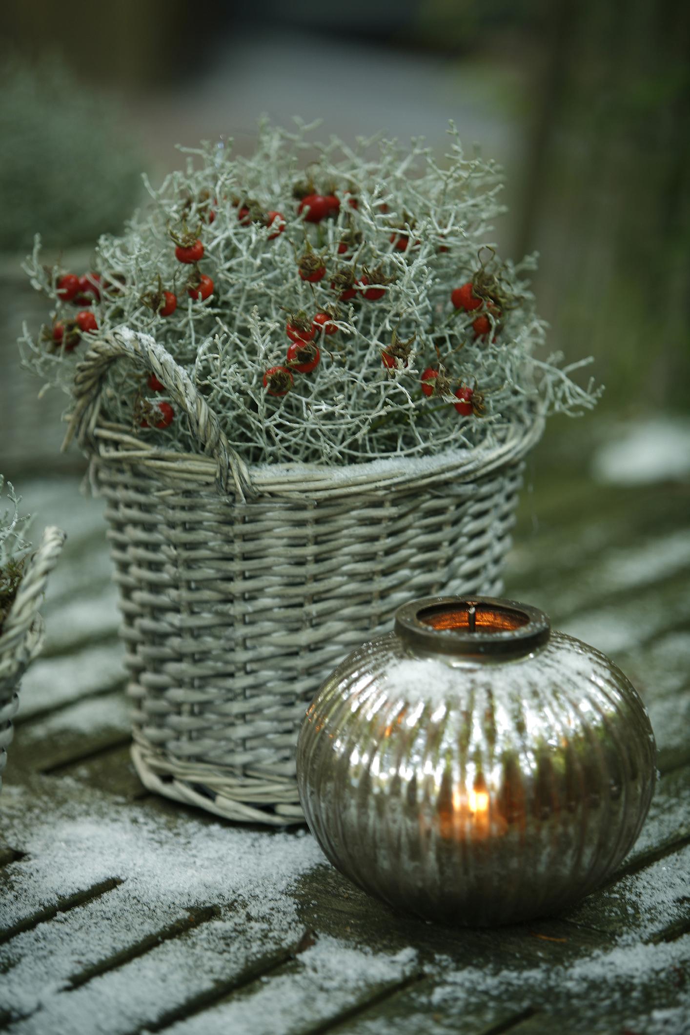 Mivel a karácsony fő színei a piros és az arany, hajlamosak vagyunk túlzásokba esni, már giccsesen díszíteni. De itt egy remek példa arra, hogy egyszerű, visszafogott dekorációval is