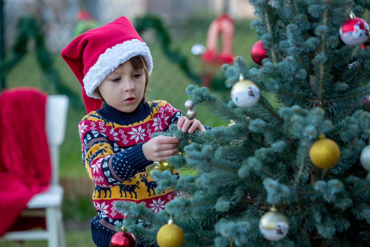 A kültéri dekorálásba vonjuk be a kisebbeket is. Remek közös családi program karácsony előtt.