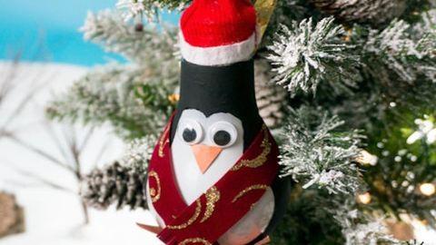 Készíts szupercuki karácsonyi pingvint egy kiégett villanykörtéből!