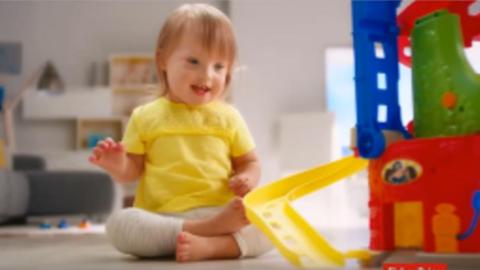 Elképesztő cuki reklámszereplő lett a Down-szindrómás Liliből