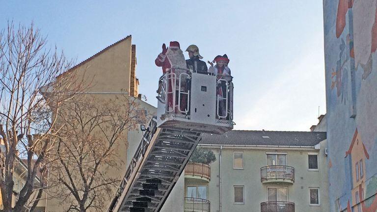 Tűzoltóatón érkezett a finn Mikulás a budapesti gyerekkórházba