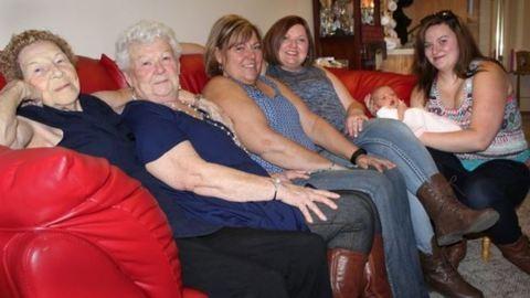 6 generációs fotó – szépunokáját tartja kezében a 96 éves nagyi