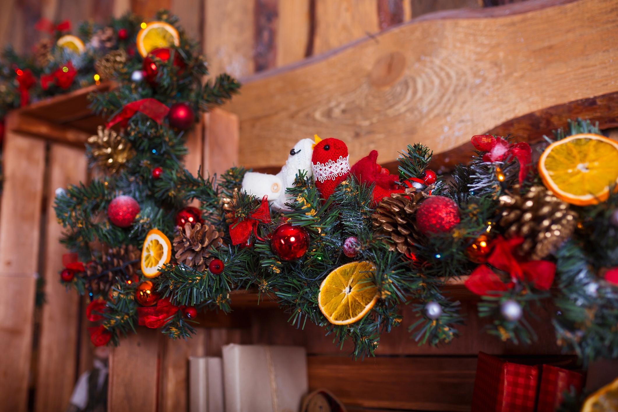 A girlandot nemcsak karácsonyi díszekkel, de fényfüzérrel is feldíszítheted.