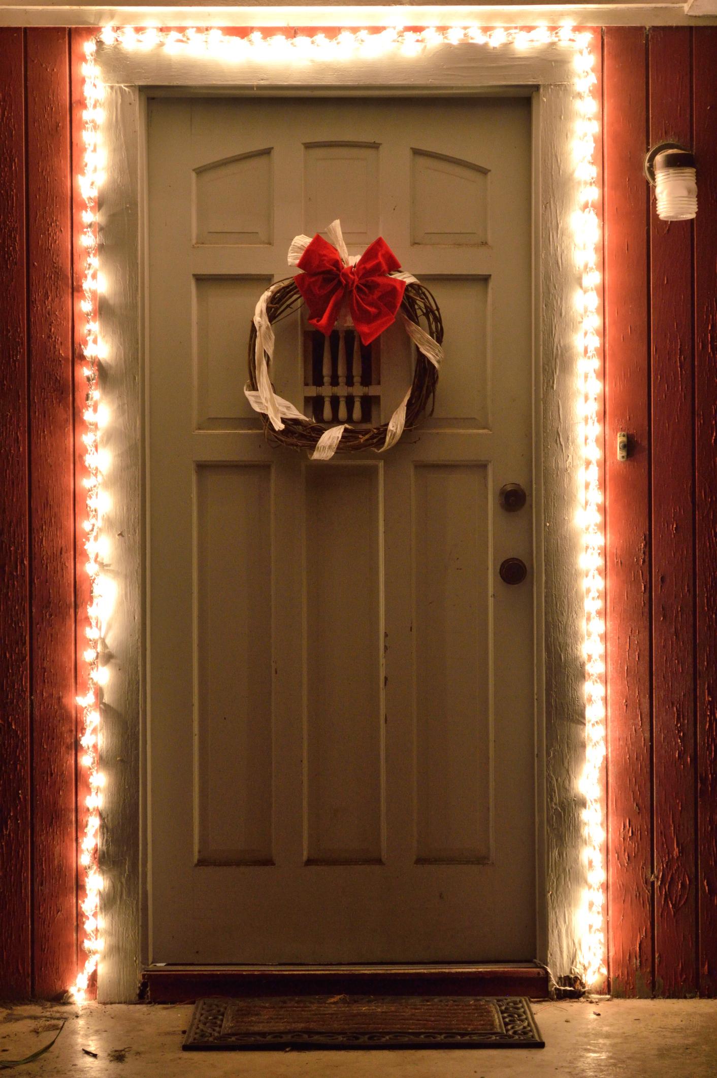 A bejárati ajtón végigvezetett égősor girland nélkül is teli találat!