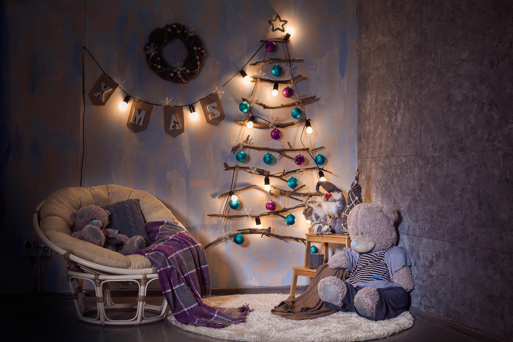 Könnyedén készíthetsz magadnak egy faágakból összerakott karácsonyfát. Ugye mennyire menő?