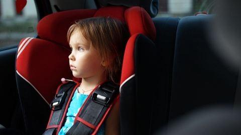 Meghalt az apa, aki a forró autóban felejtette kislányát