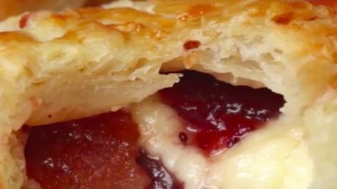 Ínyenc vendégváró falatok: brie sajtos, baconös minilepények áfonyával
