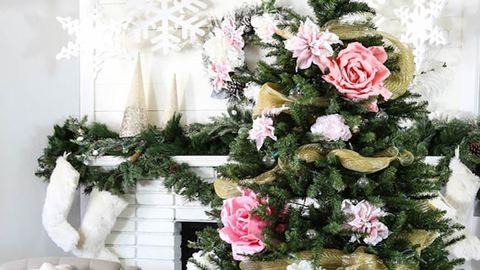 Ilyen, ha egy virágkötő díszíti a karácsonyfát – csodás inspirációk