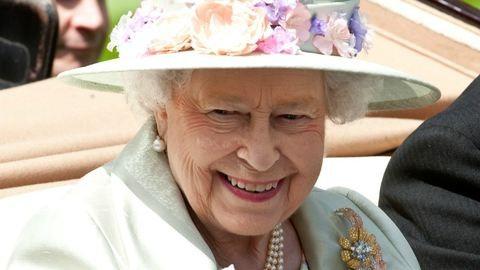 II. Erzsébet elbűvölő anya-fia portrén pózol