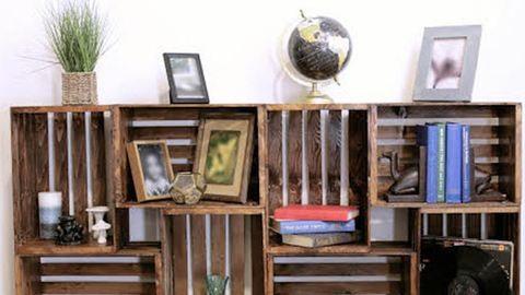 DIY: Menő könyvespolc faládákból