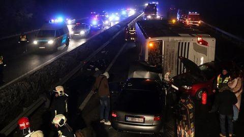 M3 buszbaleset: meghalt a kórházban az egyik súlyos sérült