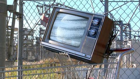 Fizetés nélkül tolta ki a tévét a boltból