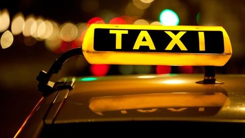 Rászoruló gyerekeket szállít haza karácsonyra a jótékony taxis