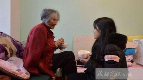 93 éves nagymamájával jár egyetemre a 20 éves lány