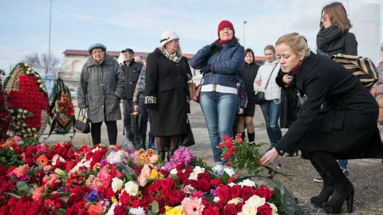 A lezuhant gép áldozataira emlékeznek Szocsi tengerpartján (Fotó: AFP)