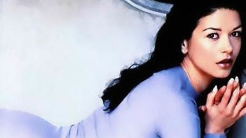 Catherine Zeta-Jones nem egyedül hentereg a kanapén
